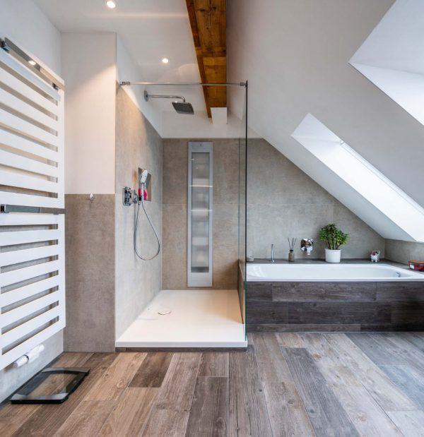 Komplettbadsanierung mit Kalkputz, Fliesen in Holz Optik, Infarotpanel, Wellness Badewanne und großer Duschfläche in Mainz 028