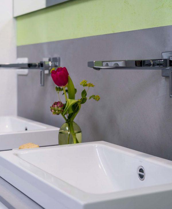 Fugenlose Badsanierung mit freistehender Badewanne und großer Dusche in Wiesbaden 006